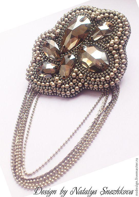 Купить Брошь МАТЭ из элементов Swarovski - серебряный, брошь, брошь серебро, Брошь жемчуг Размеры 7,5см (по диагонали) *6,5см (самое широкое место) Длина цепочек 7,5см Общая длина изделия - около 12,5с