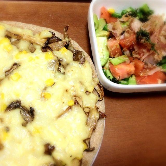 豆乳チーズ&全粒粉のヴィーガンピザです。本物のチーズみたいに美味しかった〜☆ - 1件のもぐもぐ - Wキノコの焼肉風ピザ、アボカドサラダ by miari181