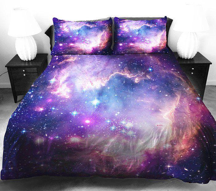 Já imaginou dormir entre as estrelas e os planetas? O designer norte-americano Jail Betray tornou isso possível com uma série de edredons estampados com a magia do céu e das galáxias.
