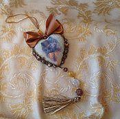 Купить или заказать Интерьерное сердце' Дама и кавалер' в интернет-магазине на Ярмарке Мастеров. Работа выполнена в смешанных техниках,декупаж, лепка из полимерной запекаемой глины.Покрыто трещинами, состарено имеет винтажный вид. Прекрасно впишется в интерьер любителей старины, подойдет для новогоднего декора интерьера, для украшения новогодней ёлки и может постоянно не зависимо от времени года украшать ваше жилище.В фотосессии принял участие мишка любимого мной мастера Татьяны Савёловой.