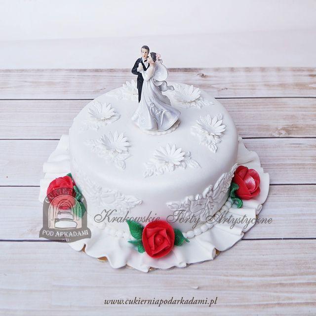 16BW. Tort weselny z figurkami tańczącej pary, zdobiony czerwonymi różyczkami z masy cukrowej i kwiatowym wzorem. Wedding cake decorated with sugar flowers and dancing couple topper.