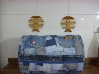 By Claudia Sodre: Bau de barrica de papelão e retalhos de jeans...