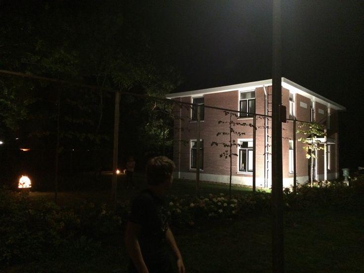Lichtweek Bedum  Bij het licht van de bouwlamp ziet het huis er heel anders uit. Wel mooi.