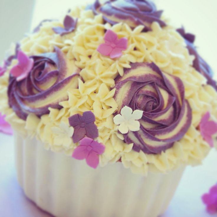 A simple but pretty giant cupcake!