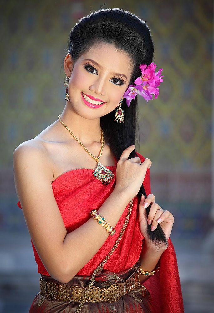 Traditional Thai Beauty   Wat Rajabopit in Bangkok.
