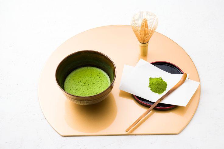 Le matcha est une poudre très fine de thé vert moulu, qui a été broyé entre deux pierres.  Il est utilisé pour la cérémonie du thé japonaise et comme colorant ou arôme naturel avec des aliments tels que le mochi, les sobas, la crème glacée au thé vert et une variété de wagashi (pâtisseries japonaises). La région la plus réputée pour son matcha est Nishio, dans la préfecture d'Aichi.  Le matcha est généralement assez cher comparé à d'autres formes de thé, bien que son prix dépende de sa…