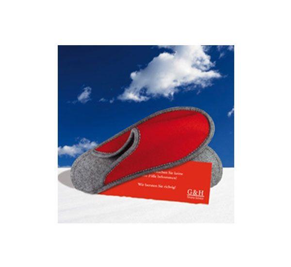 Mit diesem trendigen Werbemittel bleiben Ihre Füße garantiert warm! Ideal auch als Gästehausschuhe verwendbar. Ihre Werbeanbringung wird auf der angehefteten Karte im max. Format von 8x24 cm umgesetzt, eine Stickveredelung ist auf Anfrage möglich. Die Schuhe sind in den Farben rot-grau und schwarz-grau erhältlich, weitere Farben auch auf Anfrage.