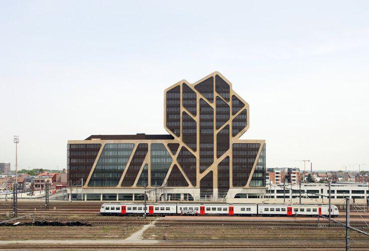 Belgické město Hasselt má po šesti letech realizace nový soud. Koncept odkazuje na středověké zvyklosti, vzhled na současné trendy. Inspirací pro novou budovu byl tvar stromu, fasáda v detailu pak připomíná buněčnou strukturu. http://art.ihned.cz/architektura/c1-60735800