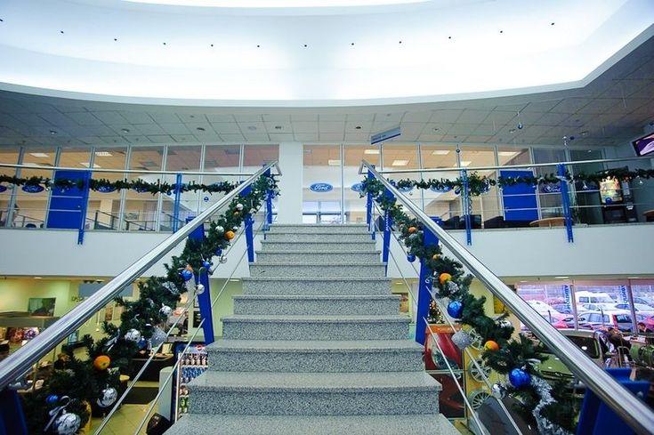 Как украсить кабинет к Новому году 2017: создаем стильное праздничное рабочее место http://happymodern.ru/kak-ukrasit-kabinet-k-novomu-godu-2017/ Украшение лестничного пролета в офисном центре компании Ford Смотри больше http://happymodern.ru/kak-ukrasit-kabinet-k-novomu-godu-2017/