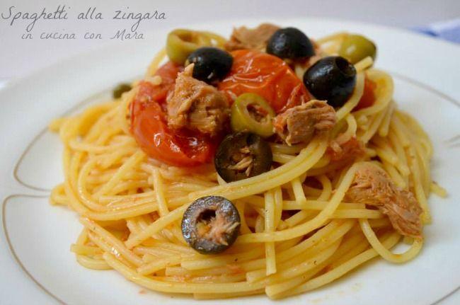 Gli spaghetti alla zingara sono un primo piatto molto saporito e veloce da preparare, infatti il condimento cuoce nel tempo di cottura degli spaghetti.
