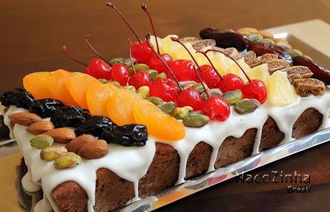 Esse bolo de natal é um sucesso. Faz uma bela apresentação na mesa, leva várias frutas secas e sementes, agradando a vários paladares.