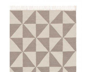 Dynamische Dreiecke zieren unseren hochwertigen Teppich Almi, der in einem Mix aus reiner Schurwolle und Baumwolle von Hand in Leinwandbindung verarbeitet wird. Fransen an den Enden runden das Paradebeispiel skandinavischen Designs ab.