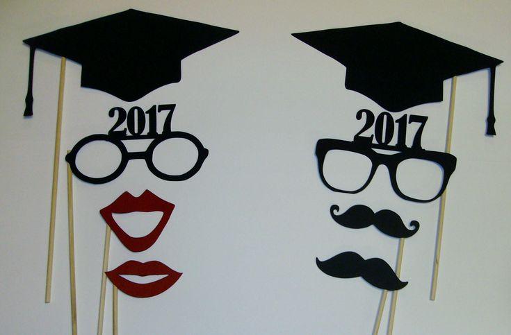 Incluido en el paquete de apoyos... Dos casquillos de la graduación Dos pares de gafas de graduación, dos bigotes y labios. Diseño cada prop foto para agregar color y diseño a cualquier foto. Mi objetivo es hacerte la vida del partido y hacer de cada evento un gran éxito.
