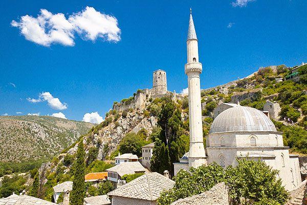 Pocitelj Bosznia-Hercegovina kontinentális részén, a horvát határhoz közel, Mostartól 30 kilométerre délre található, az M17-es úton, a tenger felé vezető úton. Ez az egyedülálló, keleti stílusú város szerepel az ENSZ világörökség listáján, mely nemrégiben felújításon esett át, visszanyerve eredeti formáját. #pocitelj #bosznia