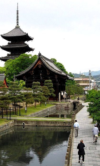 Pinner says: To-ji Temple, Kyoto, Japan 京都・東寺 (by nagatak on Flickr) ... There is a huge antique fair on the 21st of each month ... It is wonderful!!!