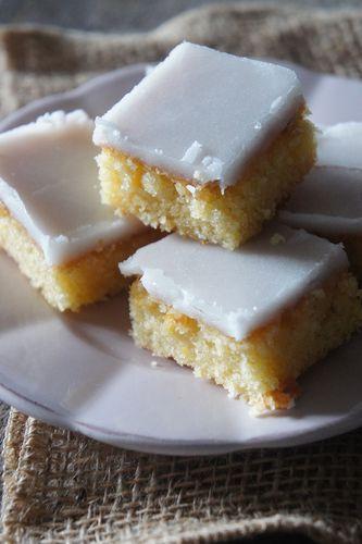 Je les avais mis de côté depuis un moment. La recette date de 2014, c'est dire …. Ces fameux «Lemonies«, baptisés ainsi par la grande prêtresse du Cake Pops, j'ai nommé «Bakerella«, seront parfaits pour nos petits grignotages de ce weekend ! Fondants, bien citronnés, ils activent les papilles jusqu'au cerveau. Explosifs ! Nappés d'un délicieux glaçage acidulé qui craque sous la dent, ces petits «Lemonies» s'inviteront sans problème à l'heure du thé, du goûter ou pour finir un repas…