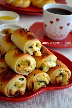 ✿ ❤ ♨ Patatesli Rulo Poğaça Tarifi:Malzemeler: 2,5 su bardağı ılık süt,1 su bardağı zeytinyağı, 2 yumurta ( 1 tanesinin sarısı üzerine) 1 yemek kaşığı şeker, 1,5 tatlı kaşığı tuz, 1 paket yaş maya ( 40 gr.) (kuru maya yani instant maya da kullanılabilir-1 paket) 7 su bardağı un Çörek otu....İçine: 2 adet patates 1 su bardağı kaşar peyniri 1 tutam maydanoz 1 tatlı kaşığı tuz 1 tatlı kaşığı pul biber 2 çorba kaşığı zeytinyağı 1 çay kaşığı karabiber