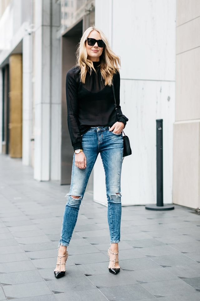 Black long sleeve shirt, skinny jeans, rock stud Valentino pointed toe pumps. Beauty on High Heels #Fashion