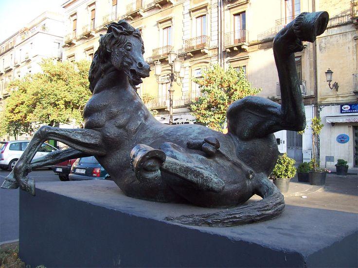 """""""Lo stallone morente"""" è un'opera  dello  scultore Francesco Messina che ha anche scolpito, tra l'altro, il famoso cavallo che c'è a Roma alla sede della RAI."""