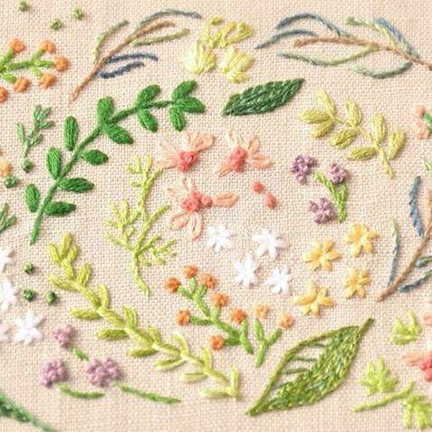 小さな花とハーブをたくさん。 ・ ネットショップはじめました◎→ https://www.creema.jp/c/izumic_days/item/onsale まだ少ないですが、ときどきのぞいてくださるとうれしいです(^^) ・ #刺しゅうdays #embroidery #broderie #bordado #ricamo #borduurwerk #výšivka #Stickerei #자수 #刺繍 #和歌山
