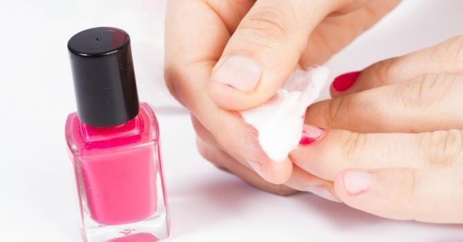Comment retirer son vernis à ongles sans dissolvant ?