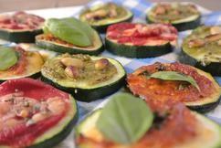 Deze heerlijke mini courgette pizza's met verschillende ingrediënten kan je helemaal aanpassen naar jouw smaak. Beleg de courgette pizza's bijvoorbeeld met pesto, geraspte kaas, salami of rode ui. Heerlijk 's avonds als snack, voorgerecht en ook handig als er onverwachte gasten over de vloer komen!