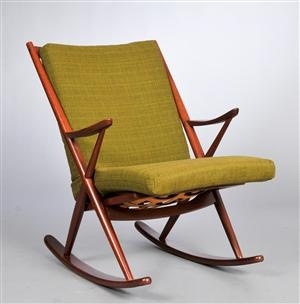 Frank Reenskaug. Gyngestol af teaktræ model 182. Formgivet i 1958. Fremstillet hos Bramin. Vurd. 1000 kr.