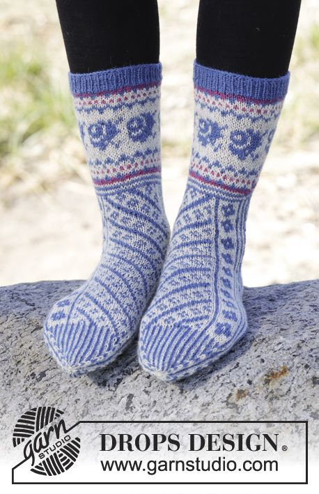 """Knitted DROPS socks with diagonal pattern in """"Fabel"""". Size 35-43 ~ DROPS Design"""