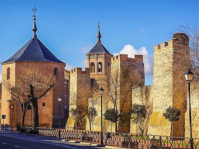"""CASTLES OF SPAIN - CASTLES OF SPAIN - Muralla de Olmedo (Valladolid). Debe su nombre a los numerosos olmos de la zona. En 1085, Alfonso VI conquista esta tierra a los musulmanes, tras su repoblación, comienza el esplendor de la villa, reflejado en el refrán """"Quién señor de Castilla quiera ser a Olmedo de su parte ha de tener"""". También conocída por la """"Ciudad de los Siete Sietes"""" por poseer 7 arcos su muralla, 7 conventos, 7 iglesias,7 plazas, 7 casas nobles, 7 fuentes y 7 aldeas."""