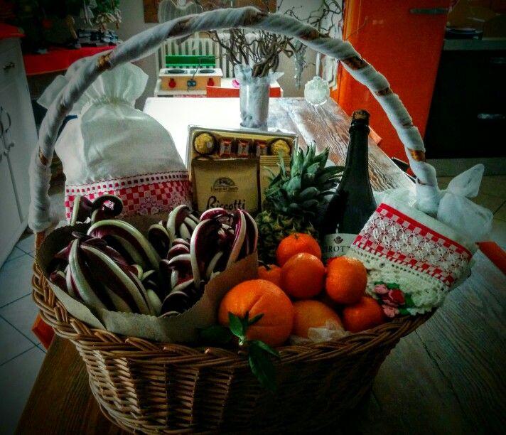 Cesto dono con alcuni prodotti locali e creazioni fatti a mano
