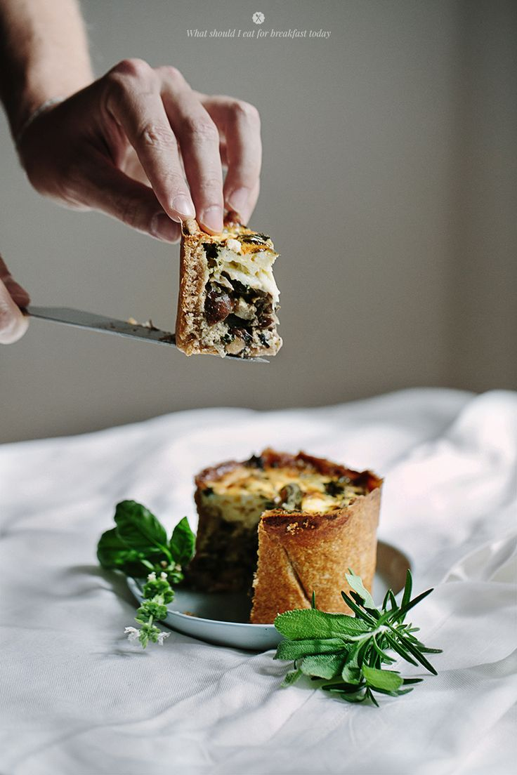 Delicious quiche with spinach, mushrooms and herbs / Marta Greber