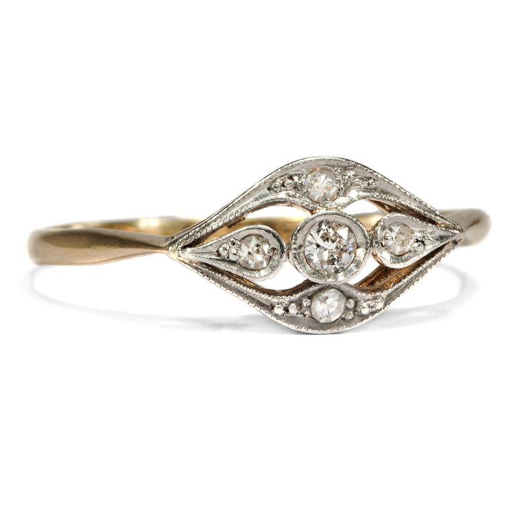 Kleiner Liebling - Niedlicher Ring der Belle Époque mit Diamanten in Gold & Platin, um 1920 von Hofer Antikschmuck aus Berlin // #hoferantikschmuck #antik #schmuck #antique #jewellery #jewelry // www.hofer-antikschmuck.de