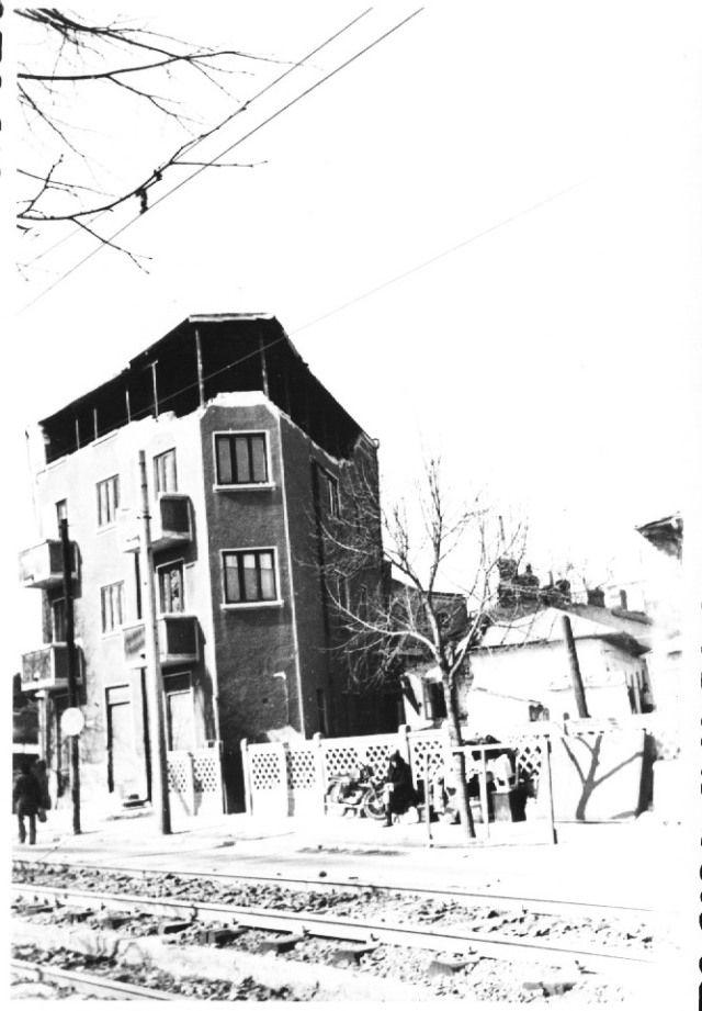 """""""Cladire pe Splaiul Independentei, in apropierea Complexului Regie, avariata grav de cutremur. Bucuresti 7 martie 1977″ © Virgil Iordache"""