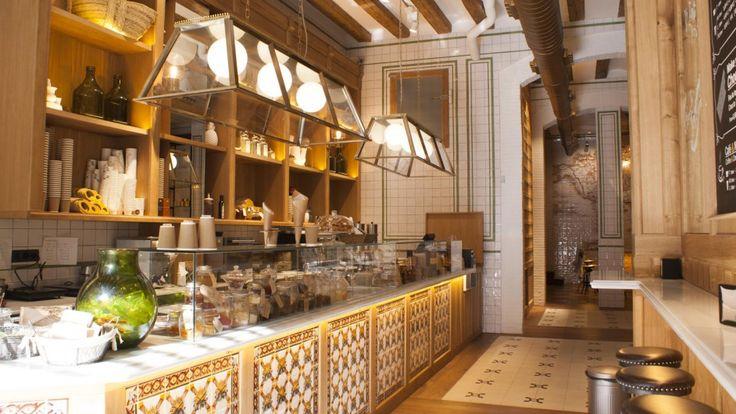 """Xocolateria de Oriol Balaguer en el Born de Barcelona. Degustar alguna de sus """"maravillas"""" puede convertirse en un verdadero placer si estás rodeado de impresionantes baldosas cerámicas, que se asocian con el mundo tradicional de la chocolatería."""
