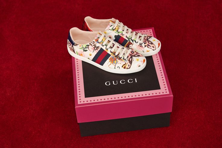 The Gucci Garden Ace Sneakers are decorated with a beautiful compilation of floral and animal motifs from the world of Alessandro Michele, a garden of diverse intertwines with butterflies, ladybugs, birds, bees, colored beetles and the kingsnake.