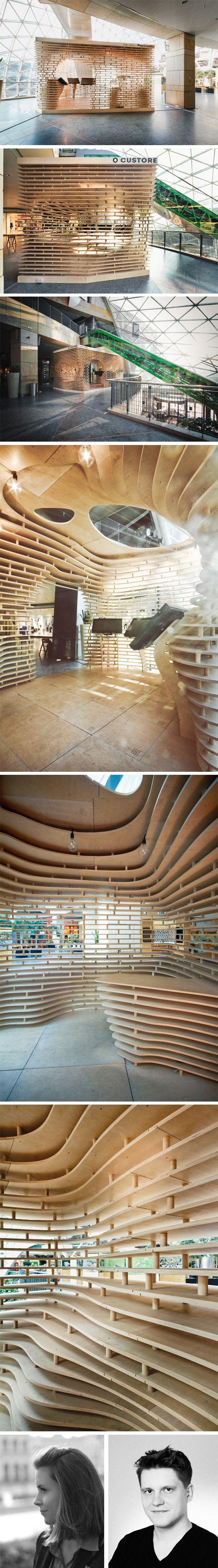 Custore-Pavilion par Anna Dobek et Mateusz Wojcicki Custore Pavilion explore les domaines de l'architecture paramétrique.Entièrement en #CONTREPLAQUE, l'enveloppe striée de ce concept store abrite un espace avec des écrans tactiles pour présenter les produits et un espace pour une galerie d'art. Assemblage de #CONTREPLAQUE.