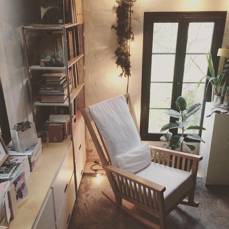 Winter corner at the studio #woodworklab #studio #rockingchair #armchair #handmade #furniture #handmadefurniture #solidwood #oakwood #linen #textiles #books