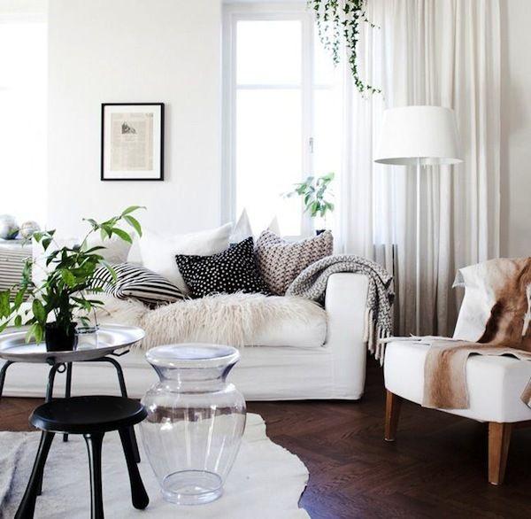 Фотография: Гостиная в стиле Скандинавский, Интерьер комнат, Советы, маленькая гостиная, как визуально расширить пространство, как разместить мебель в гостиной – фото на InMyRoom.ru