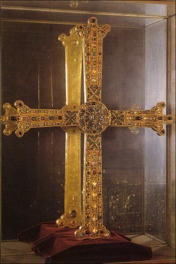 CRUZ DE LA VICTORIA. Alfonso III el Magno la donó a la Catedral de Oviedo, según inscripción en el reverso. Una copia está colgada del puente de Cangas de Onís. La tradición dice que la enarboló Pelayo.