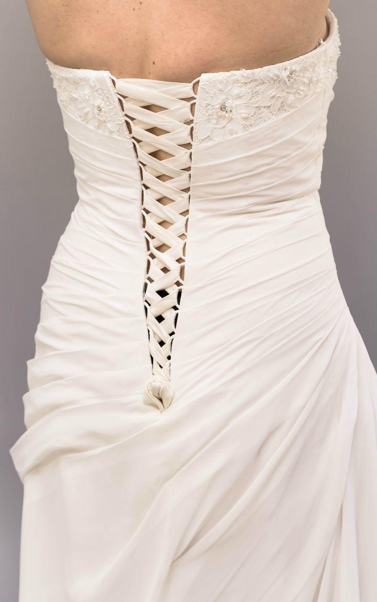 Classic Cream Wedding Dress by Pronuptia (French Design). ⚜️ Selling price: £205.00. ⚜️ Worldwide Shipping 🌍 #weddingfashion #weddingdress #bridaldress #bridalgown #weddingdresssale #ivoryweddingdress #classicweddingdress