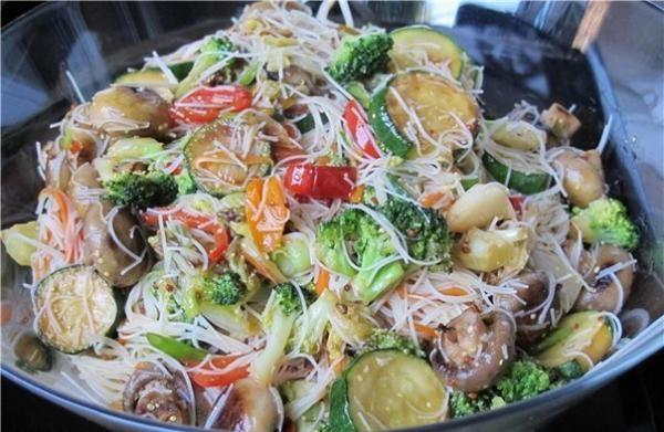 Вьетнамский салат с рисовой лапшой