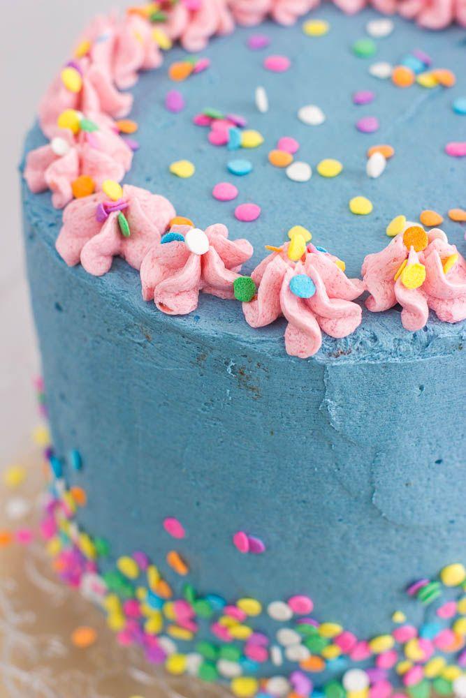 Vrolijke laagjestaart / verjaardagstaart met sprinkles - Zoetrecepten