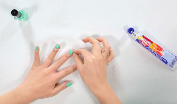 Hangt de nagellak bij jou ook altijd overal - lees: muren, vloer en handen - behalve waar het moet hangen? Met deze simpele lifehack maak je daar vanaf nu ...