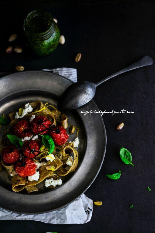 Pappardelle integrali con pesto di basilico, pistacchi e limone, pomodorini e ricotta (4)