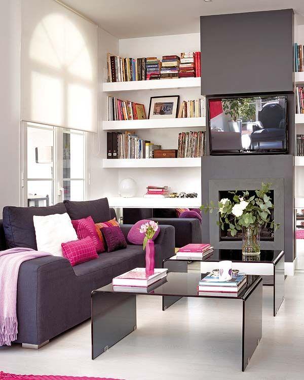 coluna cinza realça bem as prateleiras brancas. E a almofada colorida dá um up no sofá grafite. Boa combinação para fugir da madeira e ao mesmo tempo evitar tudo branco.
