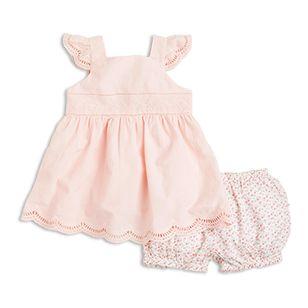 Helt nydelig. Dette kjempesøte settet med kjole og shorts i myk, vevet bomull har et vasket vintagepreg. Kjolen med de vakre detaljene i engelsk broderi, og shortsen med bittesmå blomster og med søt rynking bak. Som sagt, helt nydelig.