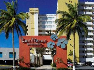 Suites Las Flores un hotel de cuatro estrellas, con una privilegiada ubicación en la mejor playa de Mazatlán, en el corazón de la Zona Dorada.    La Zona dorada es un lugar donde puedes encontrar todo para divertirte sin recorrer grandes distancias, suites Las Flores esta rodeado por la isla de venados, es por eso que cuenta con la mejor playa de Mazatlán, una playa tranquila y hermosa, para nadar y disfrutar del sol y la arena así como de una maravillosa puesta de sol.