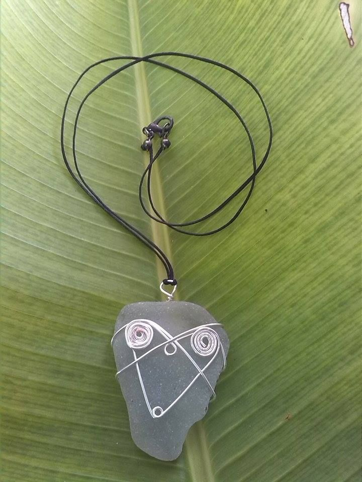 Silver wire Heart on sea tumbled Coca Cola Bottle circa 1940 All hand crafted and individually styled by ni Vanuatu women in business. Help support micro enterprise in Vanuatu – giving rural women a hand-up not a hand-out. Kindly supported by Lav Kokonas (NZ) #PangoPieces #PacificStyle #Vanuatu #Handcrafted #WomenInBusiness #CocaCola