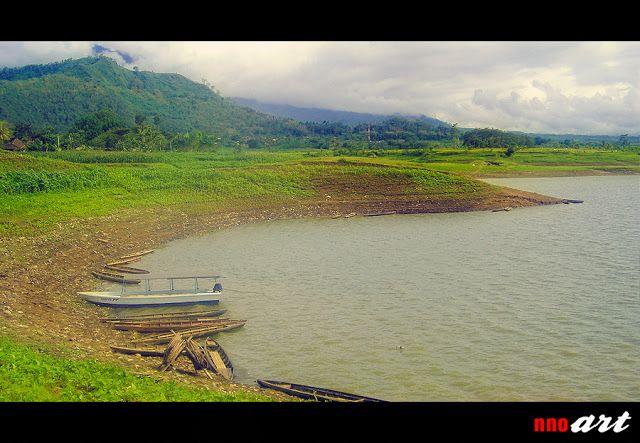 Waduk Selorejo berada di Kabupaten Malang, tepatnya di kecamatan Ngantang (sebelah barat kota Malang). Di Waduk Selorejo ini, banyak hal yang sering dilakukan pengunjung diantaranya naik perahu keliling waduk, memancing ikan, memetik buah jambu yang kebunnya terletak di tepian waduk serta hal-hal lainnya yang menarik. Baca ulasan mengenai Waduk Selorejo Malang di blog nnoart.