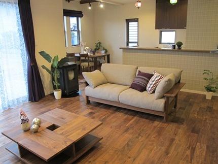ウォールナット無垢材の床材にウォールナット無垢材を使用した家具でコーディネートした実例です!ウォールナット材とベージュグレー・パープル(紫)がテーマカラーのコーディネートです!